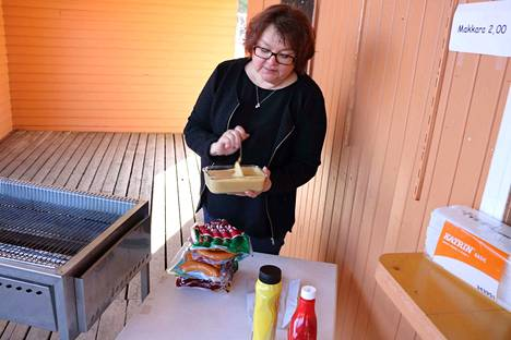 Pirkko Heinonen on jälleen kantanut korttaan kekoon sinappikattilan äärellä.
