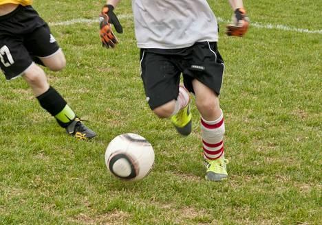 Aikuisten jalkapallokoulu kokoontuu Tervan luonnonnurmella keskiviikkoisin kuudelta. Nyt jokainen pääsee futaamaan.