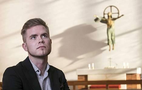 Tällä hetkellä Patrick Tiainen opiskelee hätäkeskuspäivystäjäksi. Vuoden aikana hän on joutunut miettimään uudelleen suhdettaan uskoon.