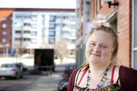 27-vuotias Niina Jääskeläinen tukee kokemusasiantuntijana lastensuojelun piirissä olevia perheitä ja nuoria.