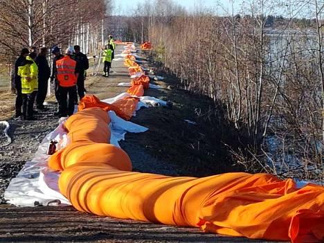 Tornion tulvapengertä korotettiin lauantaina.