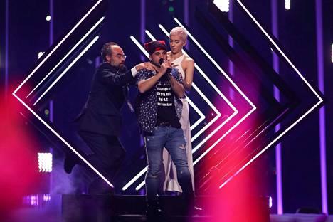 Iso-Britannian SuRien Storm-laulua häirittiin pahasti Euroviisu-finaalissa. Häirikkö hyppäsi lavalle ja ehti riistää SuRielta mikrofonin ennen kuin järjestysmiehet heivasivat häirikön lavalta.
