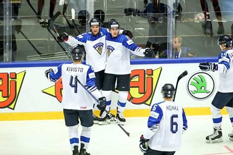 Suomalaisilla on ollut paljon juhlanaiheita MM-jäällä. Laidan vierellä tuulettava kaksikko Sebastian Aho–Teuvo Teräväinen on ollut Leijonien tehoduo.