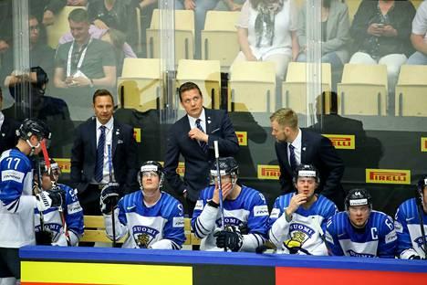 Leijonien valmennusjohtokin joutuu kuuntelemaan Petri Nygårdia voittopelien jälkeen.