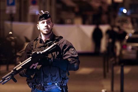 Poliisi vartioi paikalla, jossa mies hyökkäsi ihmisten kimppuun Pariisissa.