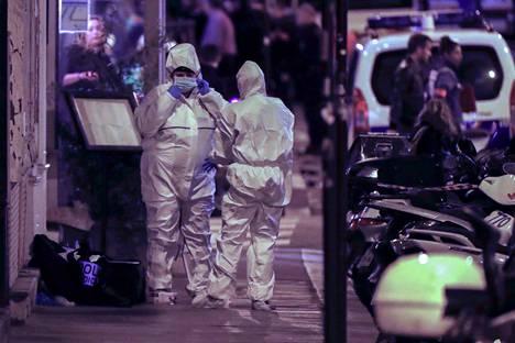 Poliisi tutkii rikospaikkaa Pariisin oopperakortteleissa. Mies hyökkäsi satunnaisten ohikulkijoiden kimppuun veitsi aseenaan lauantai-illan vilinässä.