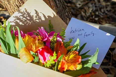 Rikospaikan läheisyyteen on jätetty kukkia ja viestejä uhreille.