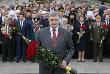 Ukrainan presidentti Petro Poroshenko laski kukkia tuntemattoman sotilaan haudalle Kiovassa toisen maailmansodan voitonpäivänä 9. toukokuuta. Ukrainassa natsi-Saksan kaatumista juhlitaan länsieurooppalainen unikkotunnus rinnassa.