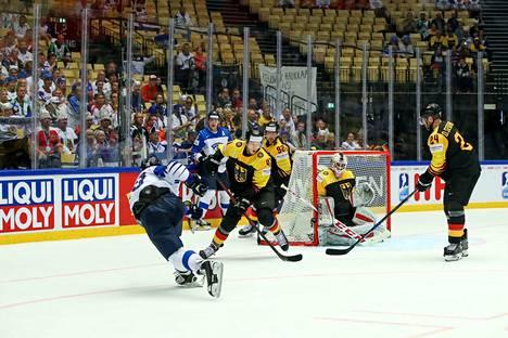 Suomen peli oli paikoin melkoista puskemista. Mathias Niederberger torjui 36 kertaa.