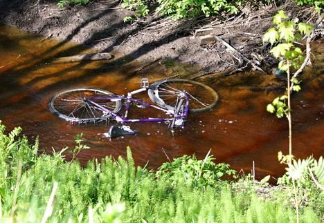 Kevään tultua myös polkupyörävarkaat heräävät talviuniltaan. Tätä kaunokaista ei selvästikään ole viety myyntitarkoituksessa, vaan sen matka on päättynyt Kylmänojaan.