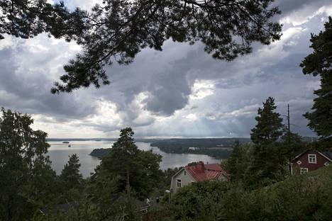 Sade- ja ukkoskuurot tulevat Pirkamaalle lännestä päin. Kuvassa ukkosrintama kuvattuna Tampereella Pispalan Pyykkimettän puistosta. Arkistokuva.