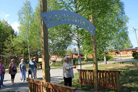 Sää suosi keskiviikon tapahtumaa. Rauha Sorsa leikkasi nauhan Rauhanpuiston uudesta nimikyltistä hyvillä mielin.