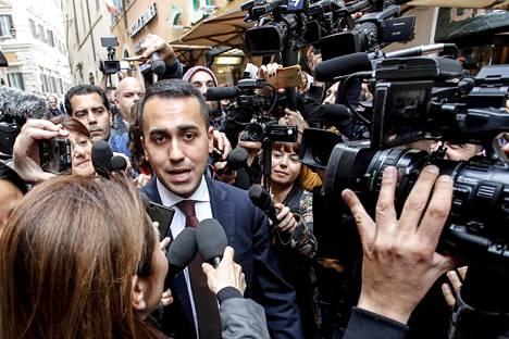 Viiden tähden liikkeen johtaja Luigi di Maio joutui median piirittämäksi poistuessaan Italian parlamentin alahuoneesta keskiviikkona.