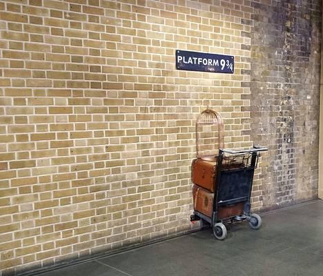 Matka Tylypahkaan alkaa Lontoon King's Crossin rautatieaseman laiturilta 9 ¾, jonka edessä on tavallisesti pitkä jono faneja. Merkkinä laiturista on puoliksi seinän läpi työntynyt tavarakärry. Sen vieressä sijaitsee Harry Potter -kauppa.