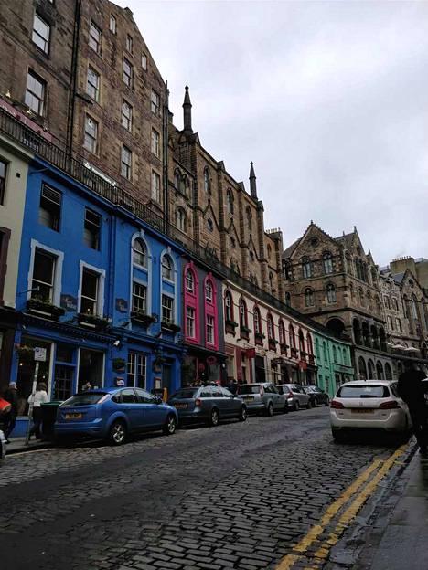 Kirkkaat väriset talot reunustavat Edinburghin Victoria Streetiä. Kadun varrella komeilee Harry Potter -kauppa Diagon House.