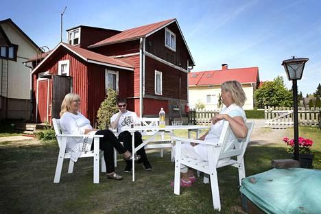 Tiina Stanton ja hänen poikansa Kristian Stanton viihtyvät 120 vuotta vanhassa lankunpäätalossa, jossa ovat vuokralla alkukesän. Uudellakoivistolla sijaitsevan Ida-Sofian tuvan omistaa Tuula Rosendahl.