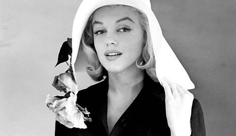 Marilyn Monroe asui muun muassa New Yorkin Ambassador-hotellissa vuosia. Hänen on laskettu asuneen yli 50 osoitteessa ja kymmenissä hotelleissa. Kuva elokuvan The Misfits kuvausten ajalta vuodelta 1961.