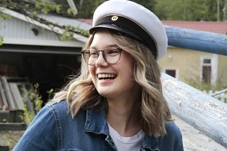 Ella Heikkisen hymy on herkässä ja syystäkin: ylioppilaaksi loistavin tuloksin ja kaiken kruununa täydellinen suoritus äidinkielessä. Kemin lyseon lukiossa vastaavaan ei ole yltänyt ainakaan nykymuotoisen kokeen aikana kukaan aiemmin.