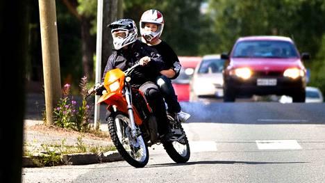 Mopon suurin sallittu nopeus on 45 kilometriä tunnissa.