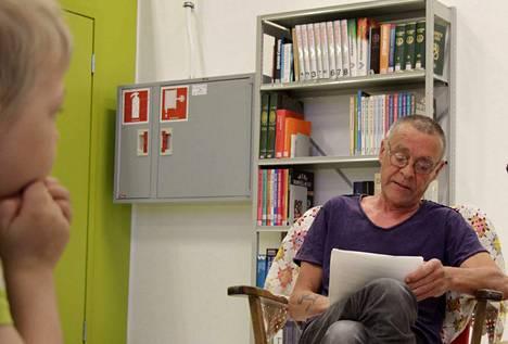 Siurolainen kirjailija ja kustantaja J. K. Ihalainen on julkaissut runokokoelmia suomen ja englannin lisäksi myös tanskaksi. Kokenut esiintyjäkin voi jännittää satujen lukemista, sillä edelliskerrasta on jo aikaa, sanoo neljän aikuisen lapsen isä.