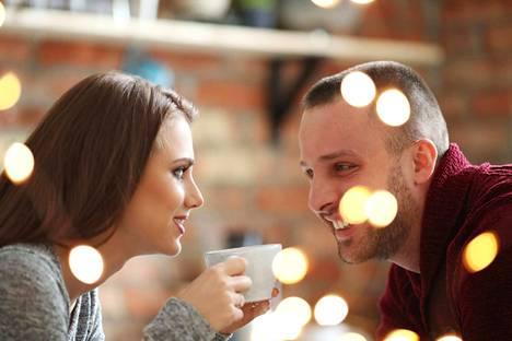 Voimakas pupillirefleksi sillä hetkellä, kun kahden ihmisen katseet kohtaavat, lisää voimakkaasti puoleensavetävyyttä. Sitä on myös todella hankala huijata, joten katse kertoo kaiken oleellisen.