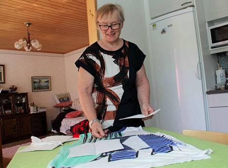 Anitta Hakola näyttää, kuinka vanhasta venähtäneestä t-paidasta saa tehtyä uuden ja paremmin istuvan. Paita taipuu myös vaikka potkuhousuiksi.