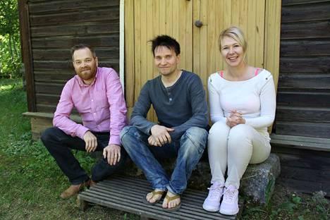 Janne Kulosaari, Marko Itkonen ja Mira Flinkman tuovat kaksi pienoisnäytelmää Kauppilanmäen museoalueen työväentalolle elokuussa.
