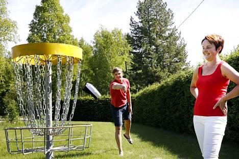 Ylioppilaslakki ei lennä aivan yhtä sulavasti kuin frisbee. –Frisbeegolfia tulee harrastettua nyt kesällä pari kertaa viikossa, Anttoni Tuominen kertoo.