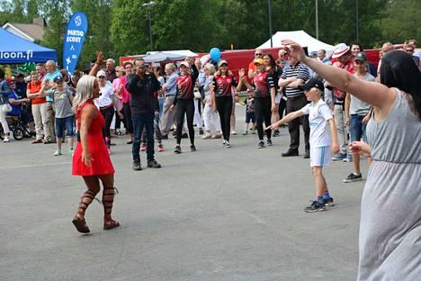 Rita Niemi-Manninen villitsi väkeä zumbailemaan osana viime viikon lauantaina järjestettyä Pomarkun päivää.