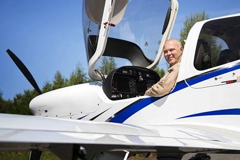Diamond-koneeseen mahtuu lentäjän lisäksi kolme kyytiläistä. Jari Halttunen aikoo kesä-heinäkuun vaihteessa viedä taivaalle kuusi nuorta, joilla ei muuten olisi mitään kivaa kesätekemistä, jota odottaa.