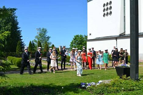 Uudet ylioppilaat veivät ruusuja Kaatuneitten muistomerkille.