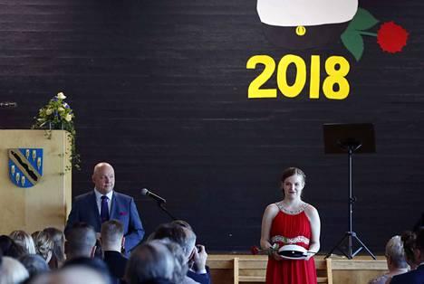 Harjavaltalainen Jenna Välimäki sai ylioppilaslakin Nakkilan lukion kevätjuhlassa.