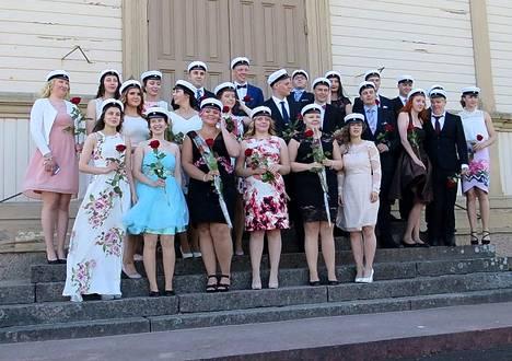 Juhlan jälkeen Merikarvian uudet ylioppilaat kokoontuivat kirkon portaille.