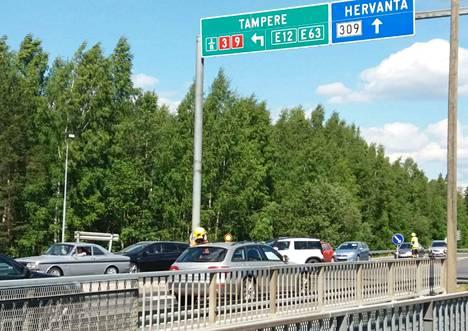 Sääksjärven rampin sillalla oli liikenteenohjausta puoli kolmen aikaan iltapäivällä.