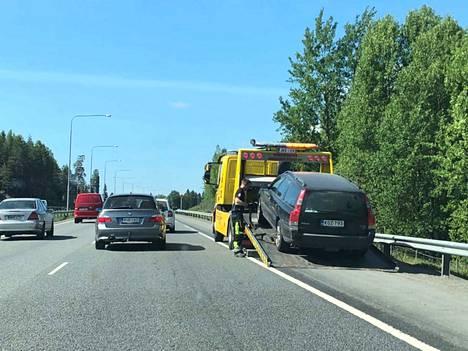 Volvoa lastattiin hinausauton kyytiin Tampereen moottoritiellä 2. kesäkuuta 2018.