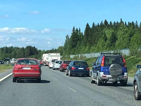 Ruuhkaa Kuljun liittymän kohdalla Tampereen moottoritiellä 2. kesäkuuta 2018.