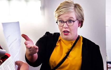 Perhe- ja peruspalveluministeri Annika Saarikko (kesk.) suhtautuu perustuslakivaliokunnan sote-lausuntoon vakavasti.