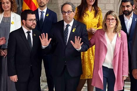 Katalonian uusi aluejohtaja Quim Torra (keskellä) esitteli uuden hallituksensa lauantaina. Vasemmalla talousasioista vastaava hallituksen jäsen Pere Aragones ja oikealla aluehallituksen tiedottaja Elsa Artadi.