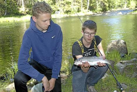 Niko nappasi komean kirjolohen. Oskari (vas.) sai saman kokoisen kalan hieman myöhemmin.