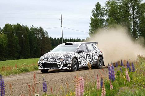 Ruotsalainen Pontus Tidemand ajaa rallia Skodalla, mutta torstaina hän testasi Volkswagenia. Sekä Skoda että Volkswagen kuuluvat samaan yhtiöön.