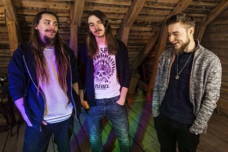 Massive Issuen Rumpali Olli Lintumäki, basisti Tino Selin ja laulaja-kitaristi Antti Mäkinen ovat saman kylän miehiä.