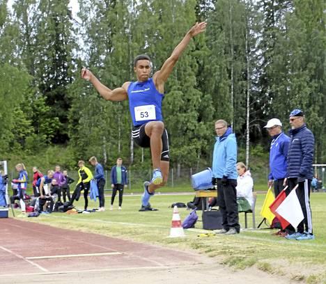 M19-sarjan pituudessa nähtiin ikäluokan kolme parasta hyppääjää ja jännittävä mitalitaistelu. Kilpailun voitti Laihian Lujan Antti Tuomela tuloksella 6,98. Hopealle sijoittui Janakkalan Janan Iikka Alingué (kuvassa) tuloksella 6,97.