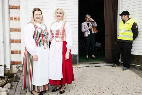 Varsinais-Suomesta kokoukseen saapuneet Henna Takatalo ja Anna Sirkiä haluavat lisää aktiivisia nuoria puolueeseen. Sirkiä kaipasi puolueelta nykyistä enemmän omia irtiottoja.