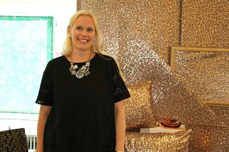 Ivana Helsinki on maailman muotipiireissä erittäin tunnettua ja arvostettu nimi ja ainoa suomalainen muotitalo, joka on hyväksytty sekä Pariisin että New Yorkin päänäytöksiin. Ennen avajaisia Pirjo Suhonen ennätti käväistä yhdessä perheensä kanssa Göstassa ja piti tälläkin kertaa näkemästään.
