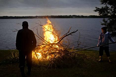 Maa on tällä hetkellä rutikuiva. Kokkoja ei polteta, ellei metsäpalovaroitusta poisteta sateiden myötä.