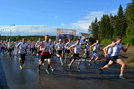 Himos Uphill Run houkuttelee yleensä kymmeniä juoksijoita testaamaan kuntonsa ylämäkijuoksussa.