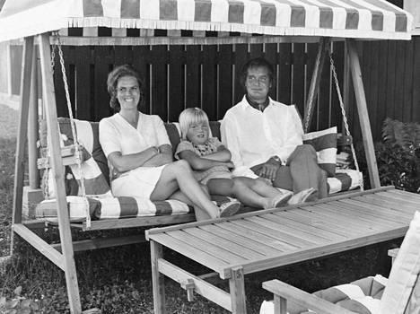 Hymy, Jeppe ja Urpo Lahtinen. Jeppe Lahtinen arvioi, että perhe istuu Simolankadun kiikussa 1960-luvun lopulla.