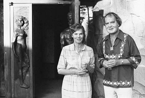 Hymy ja Urpo Lahtinen Villa Urpon ovella 1970- ja 1980-lukujen vaihteessa.