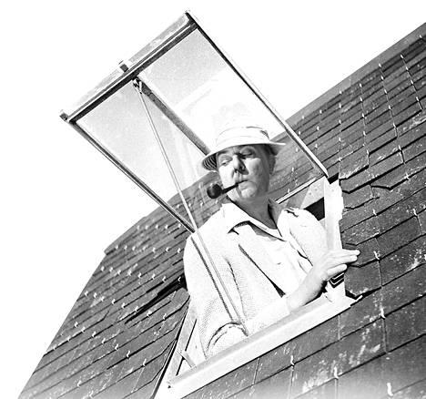 Jacques Tatin komedia Riemuloma Rivieralla kertoo herra Hulot'n kommelluksista rannikon lomakeskuksessa.