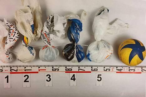 Poliisin valmistamia kipsijauhopusseja, joilla on tarkoitus ilmentää, minkä kokoinen esimerkiksi puolikkaan lentopallon kokoinen jauhoa sisältävä pussi voisi olla.